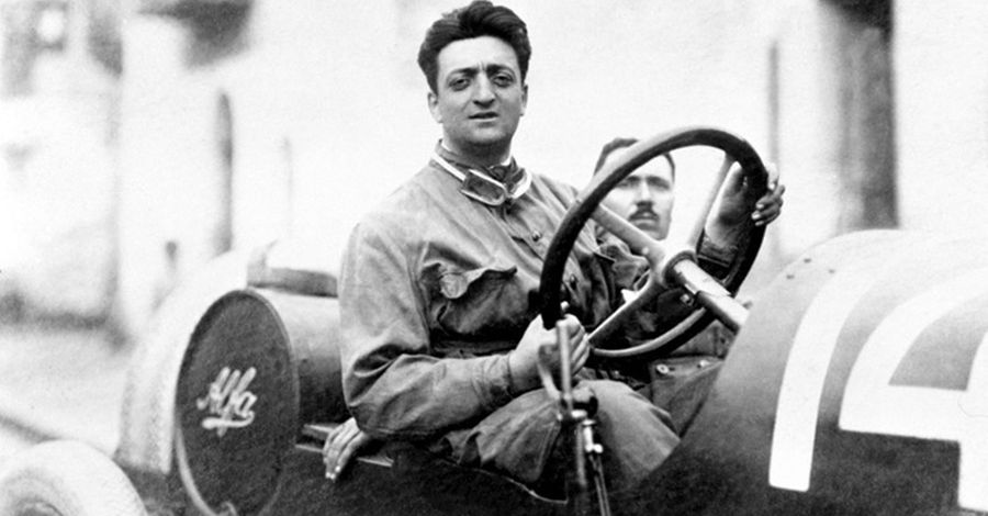 Enzo Ferrari vezetés közben